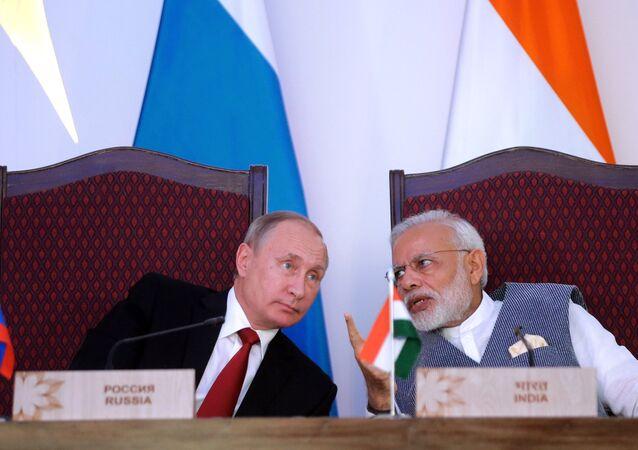 Presidente russo Vladimir Putin e primeiro-ministro da Índia Narendra Modi durante a cerimônia de assinatura de documentos após negociações.