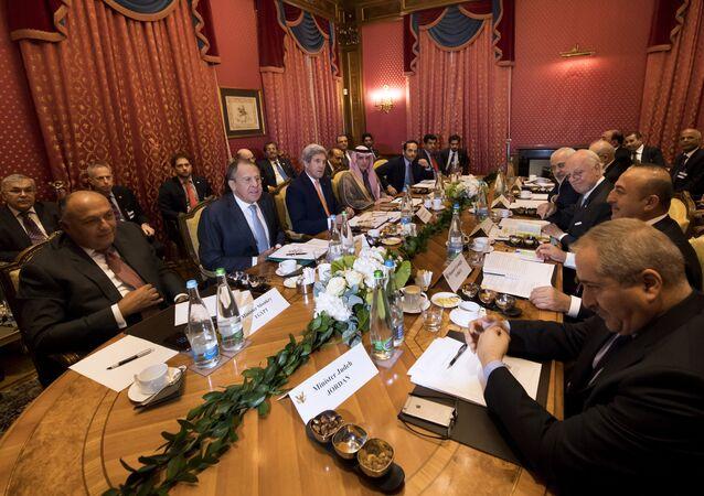 Reunião de chanceleres em Lausanne, Suíça, para discutir a crise na Síria