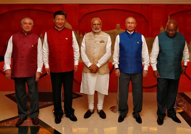 Líderes dos BRICS em trajes indianos