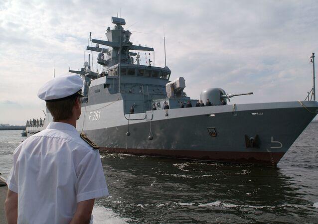 Corveta Magdeburg de 89 metros de comprimento no porto da marinha de Warnemunde perto de Rostock, no norte da Alemanha, agosto 17. 2007