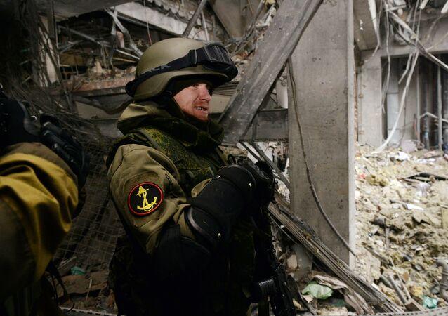 Arsen Pavlov, miliciano de Donbass também conhecido como Motorola em edifício destruído do Aeroporto de Donetsk, 2015