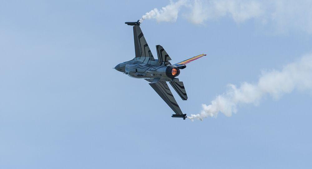 Caça F-16 Fighting Falcon da Força Aérea da Bélgica demonstra manobras em França (foto de arquivo)