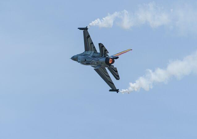 Caça F-16 Fighting Falcon da Força Aérea da Bélgica demonstra manobras em França, 2015 (foto de arquivo)