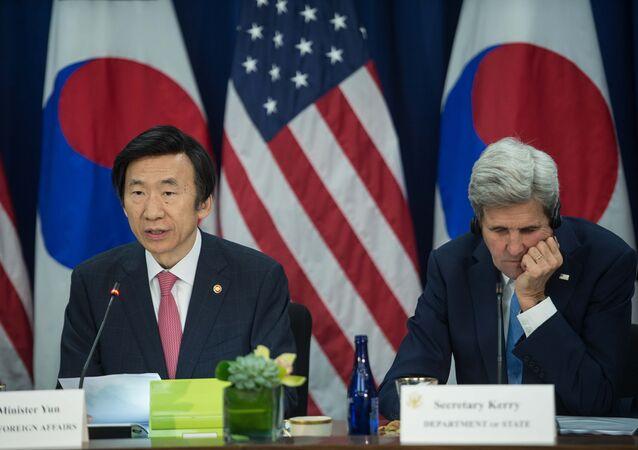O chanceler sul-coreano Yun Byung-se discursa ao lado do secretário de Estado dos EUA, John Kerry, em Washington