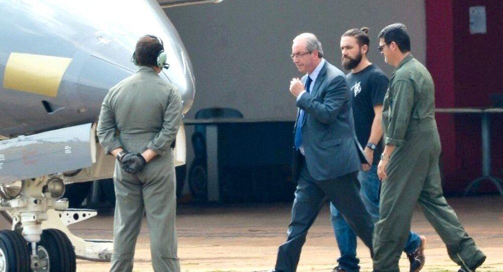 O ex-deputado federal, Eduardo Cunha, é preso e transferido de Brasília para a sede da Polícia Federal em Curitiba