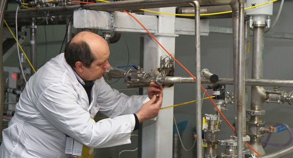 Um representante da AIEA desliga uma conexão na instalação de enriquecimento de urânio a 20 % em Natanz, Irã (arquivo)