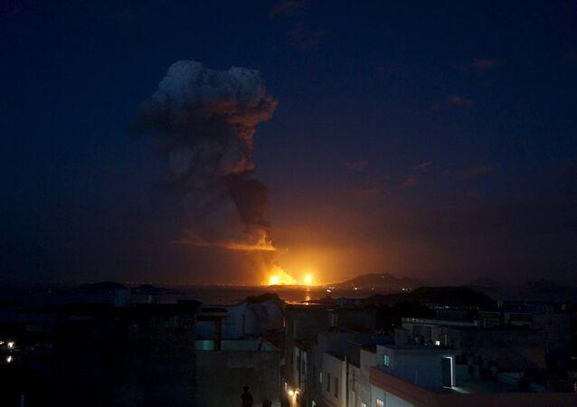 Incêndio domina o horizonte após explosão de fábrica de produtos químicos em Zhangzhou, China (foto de arquivo)