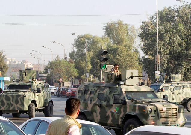 Veículos blindados das forças peshmerga no local de ataque do Daesh na província de Kirkuk no norte do Iraque, 21 de outubro de 2016