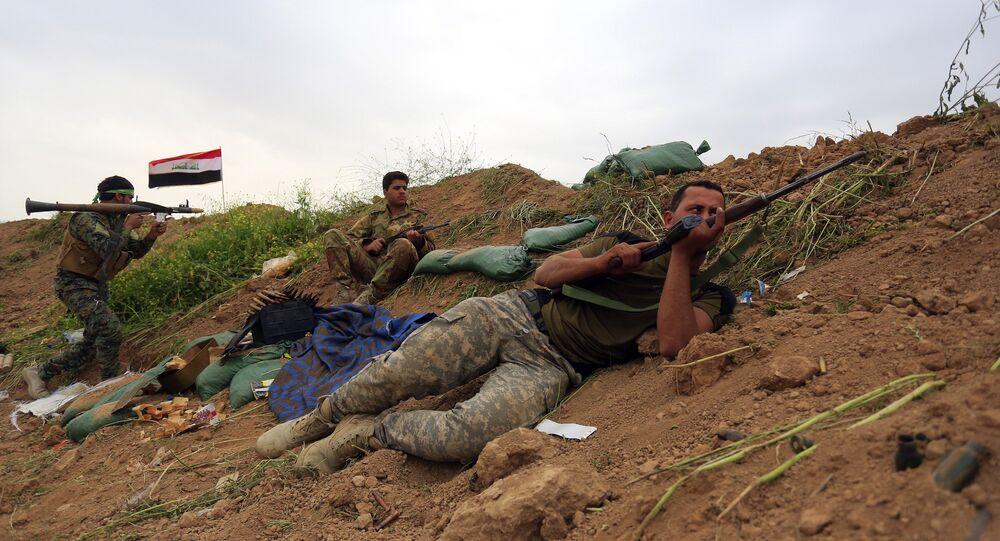 Forças de segurança do Iraque e forças de mobilização popular combatendo o Daesh nos arredores de Kirkuk