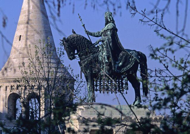 Bastião do Pesacador e o monumento ao Santo Estêvão em Budapeste, Hungria (foto de arquivo)
