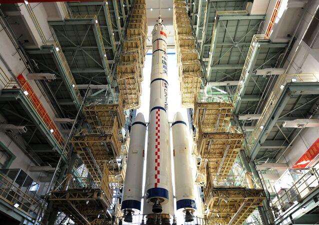 Foguete chinês Longa Marcha portando a nave espacial Shenzhou-11 no centro de lançamento de Jiuquan, na China, 10 de outubro de 2016