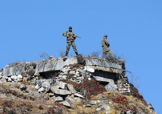 Soldados indianos realizando partrulhamento na fronteira entre China e Índia (foto de arquivo)