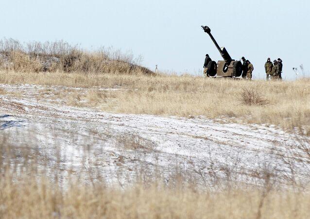 Artilharia ucraniana perto de Debaltsevo, Donbass, 17 de fevereiro 2015