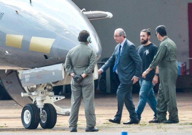 Eduardo Cunha sendo transferido para Curitiba após prisão preventiva nas investigações da Lava Jato