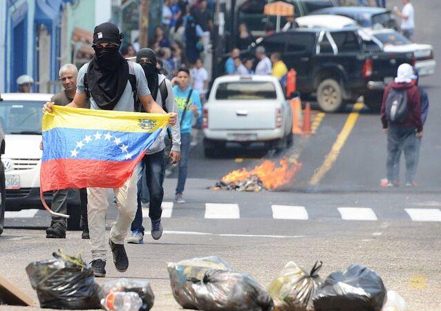 Estudantes entram em confronto com policiais em protesto em San Cristobal.