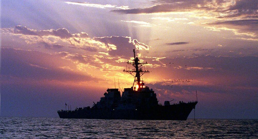 Destróier com mísseis teleguiados USS Carney no Golfo Pérsico (foto de arquivo)