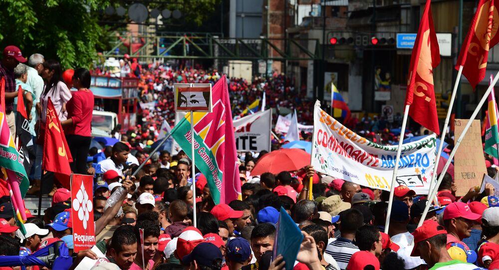 Defensores do presidente venezuelano Nicolás Maduro demonstram apoio ao líder nas ruas de Caracas (arquivo)