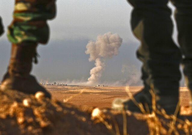Combatentes curdos peshmerga observam região próxima a Bashiqa, a 25 km de Mossul (arquivo)