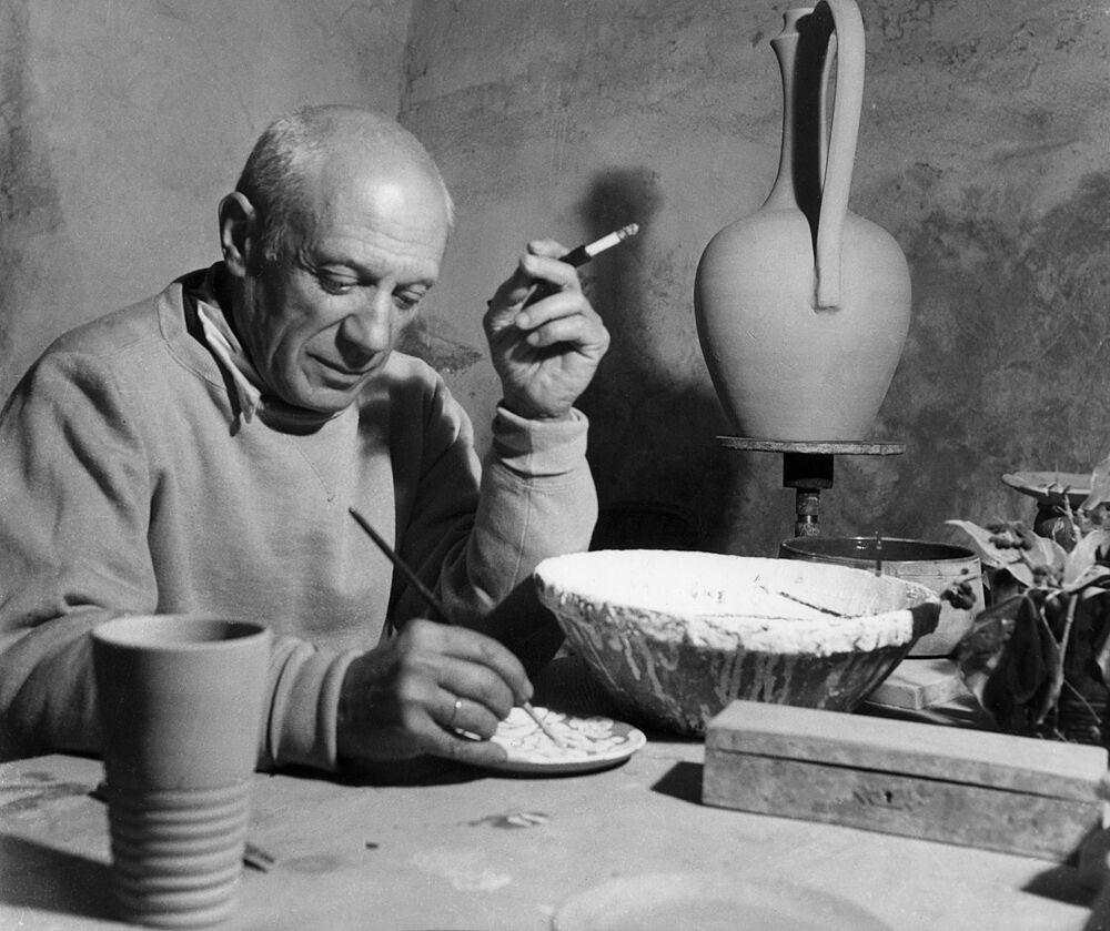 Pablo Picasso em sua oficina, em Vallauris, abril de 1949