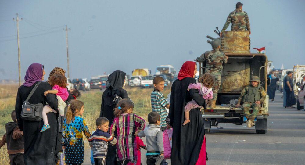 Pessoas fogem de Mossul por uma rodovia protegida pelas Forças Armadas do Iraque (Arquivo)