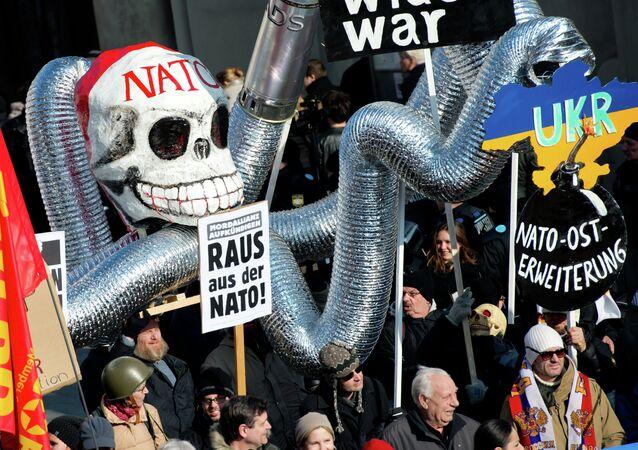 Demonstrantes participam do protesto contra a OTAN perante o local da realização da Conferência de Segurança de Munique, Alemanha (foto de arquivo)