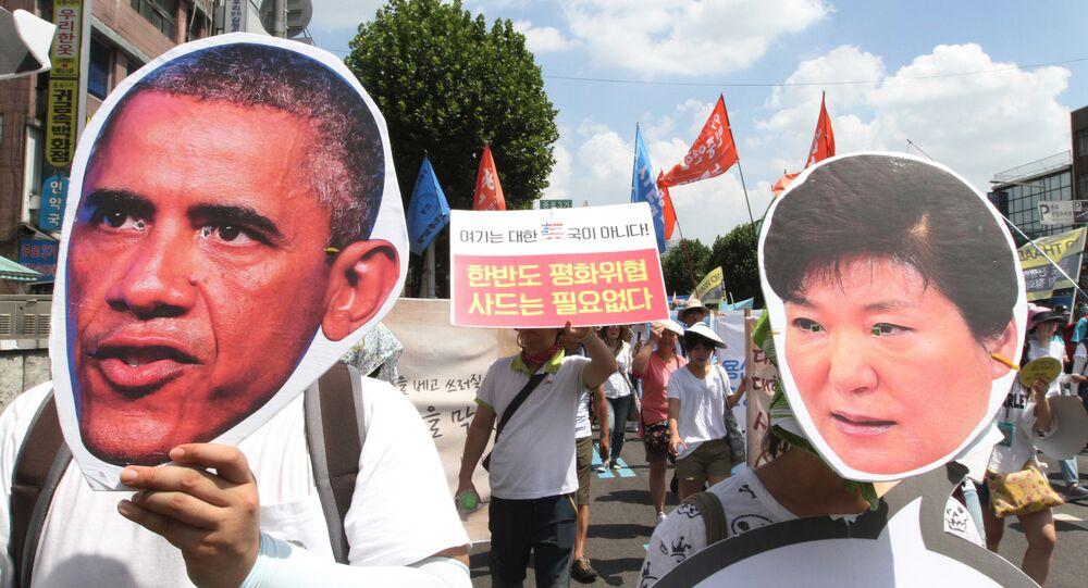 Manifestantes sul-coreanos usando máscaras do presidente dos EUA Barack Obama e a presidente sul-coreana Park Geun-hye, se opões a um plano para implantar um sistema avançado de defesa antimíssil THAAD, em Seul, Coreia do Sul, segunda-feira, agosto 15, 2016.