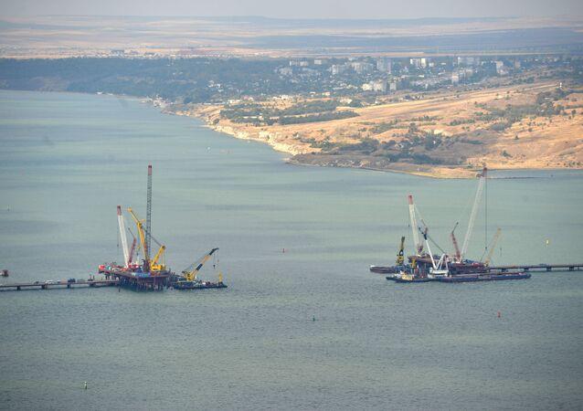 Construção da ponte que liga a Crimeia à parte continental da Rússia, Crimeia, setembro de 2016