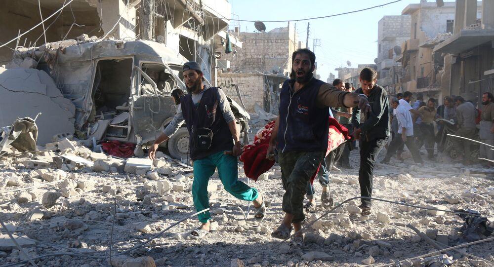 Voluntários sírios carregam um ferido em Aleppo