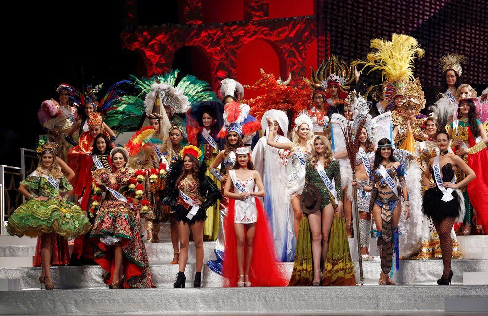 Participantes do concurso em trajes nacionais durante a cerimônia de abertura de Miss Internacional 2016