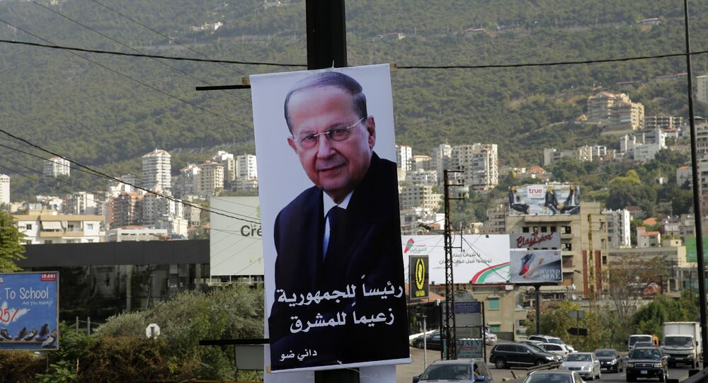 Um cartaz gigante que com o retrato do candidato presidencial libanês Michel Aoun é visto em um poste na estrada Jounieh, ao norte da capital Beirute, em 28 de outubro de 2016.
