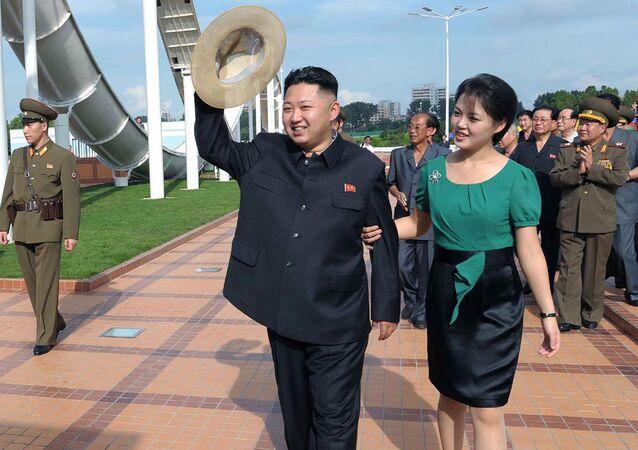 O líder norte-coreano Kim Jong Un acompanhado por sua esposa Ri Sol-ju