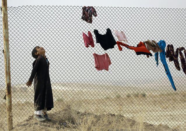 Menino de Mossul no campo de refugiados na Síria