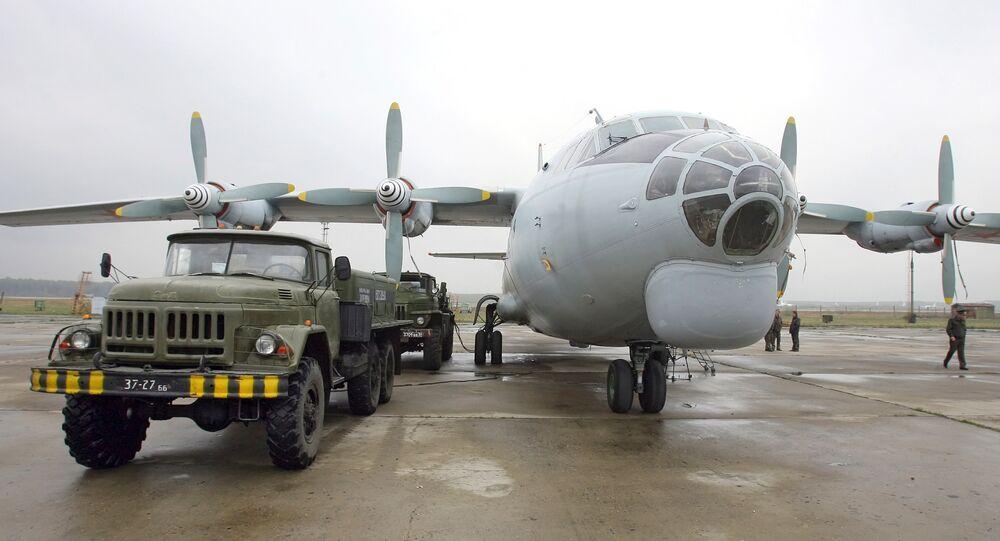 El avión Il-18 en un aeródromo de Rusia