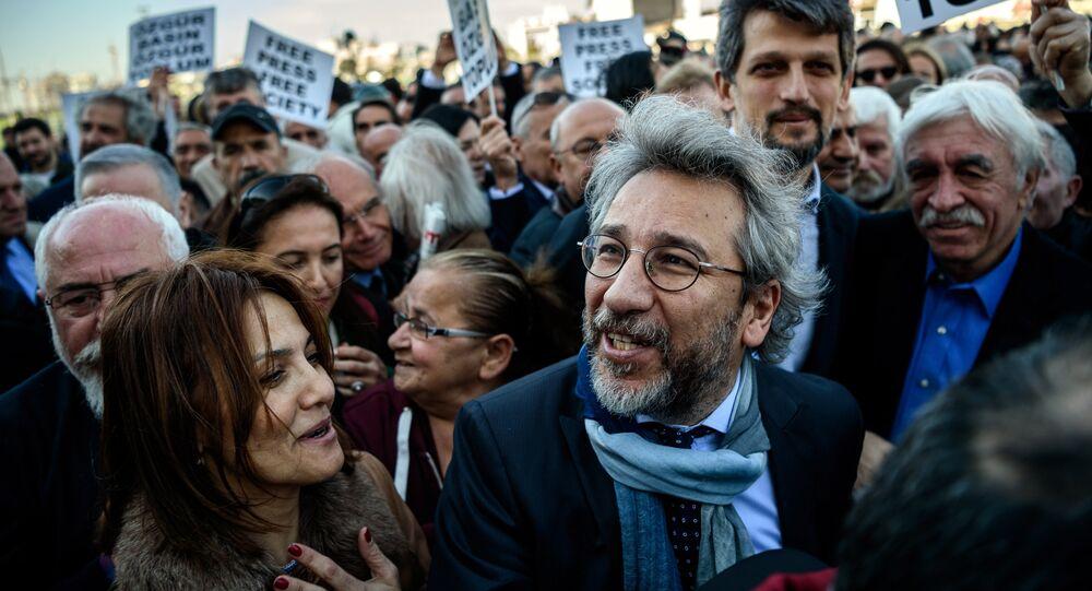 Editor-chefe do jornal turco Cumhuriyet (no centro) chega a Istambul para julgamento. Foto de arquivo, 1 de abril de 2016