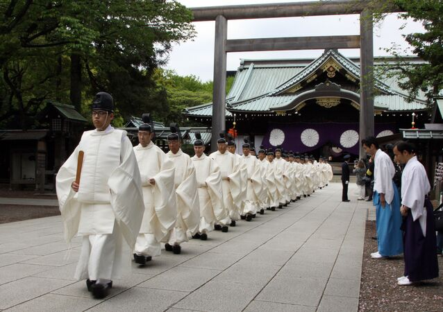 Padres japoneses saindo do Santuário de Yasukuni