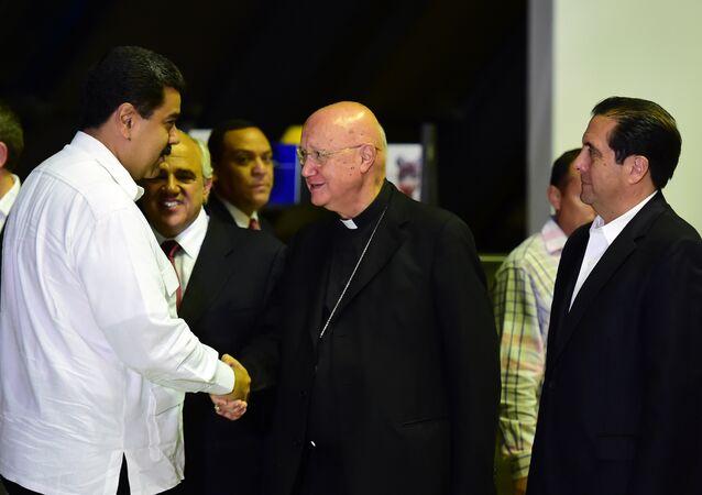 Conselheiro Pontifício do Vaticano para as Comunicações Sociais, Dom Claudio Maria Celli, aperta a mão do presidente da Venezuela, Nicolas Maduro. Caracas, 30 de outubro de 2016