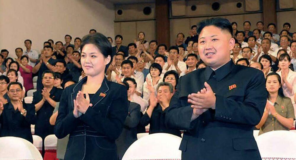 Kim Jong-un e sua esposa, Ri Sol-ju, em abril de 2015