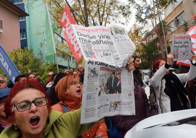 Manifestantes com a edição do jornal Cumhuriyet de 31 de outubro de 2016, em protesto contra a detenção do editor-chefe do jornal de oposição