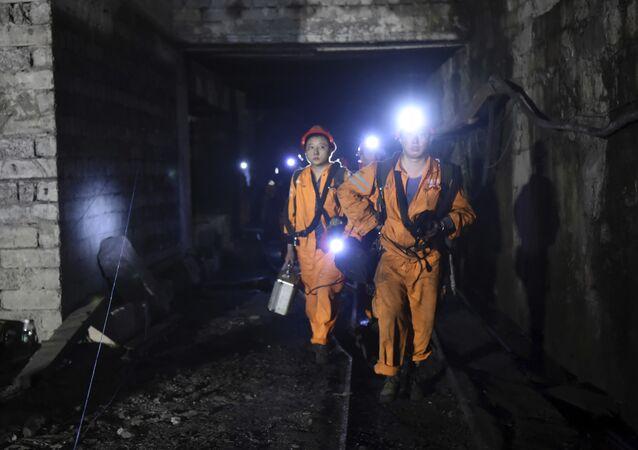 Equipes de resgate trabalham na mina de Jinshangou, na China