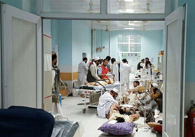 Agentes da MSF cuidam de vítimas do ataque ao hospital da organização em Kunduz