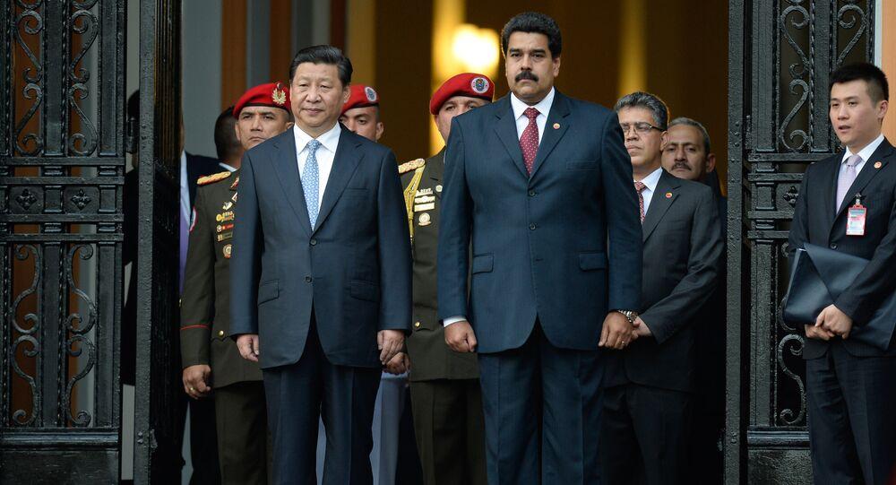 Presidente chinês Xi Jinping com o presidente venezuelano Nicolás Maduro durante a sua visita a Caracas, Venezuela, julho de 2014 (foto de arquivo)