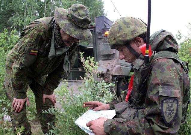 Soldados lituanos particopam de exercícios no âmbito das manobras Saber Strike na Lituânia