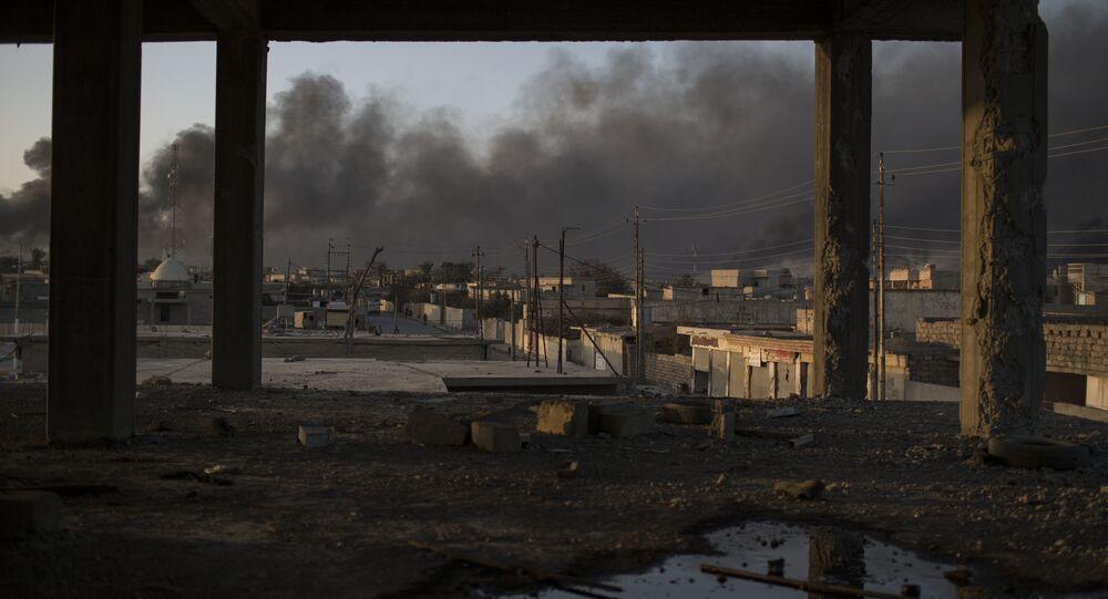 Campos de petróleo de Qayara, a 50 km de Mossul, ardem em 31 de outubro de 2016, duas semanas depois do início da operação militar contra esta capital do Daesh no Iraque