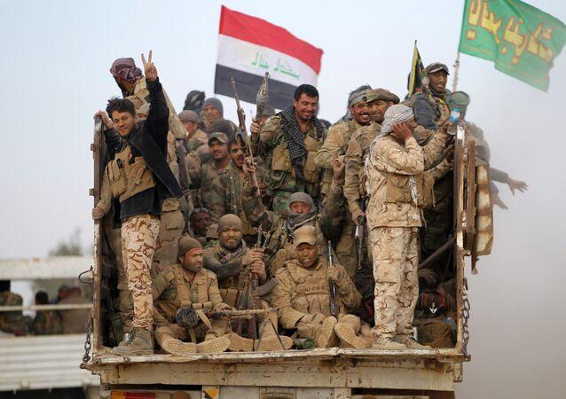 Um grupo de combatentes xiitas da Mobilização Popular (Hashed al-Shaabi) em 31 de outubro de 2016 perto da aldeia de Umm Sijan, ao sul de Mossul