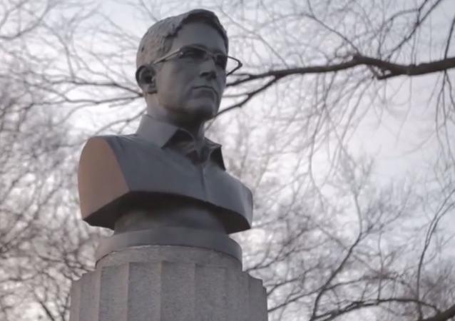 Busto de Edward Snowden criado por artistas anônimos em Nova York