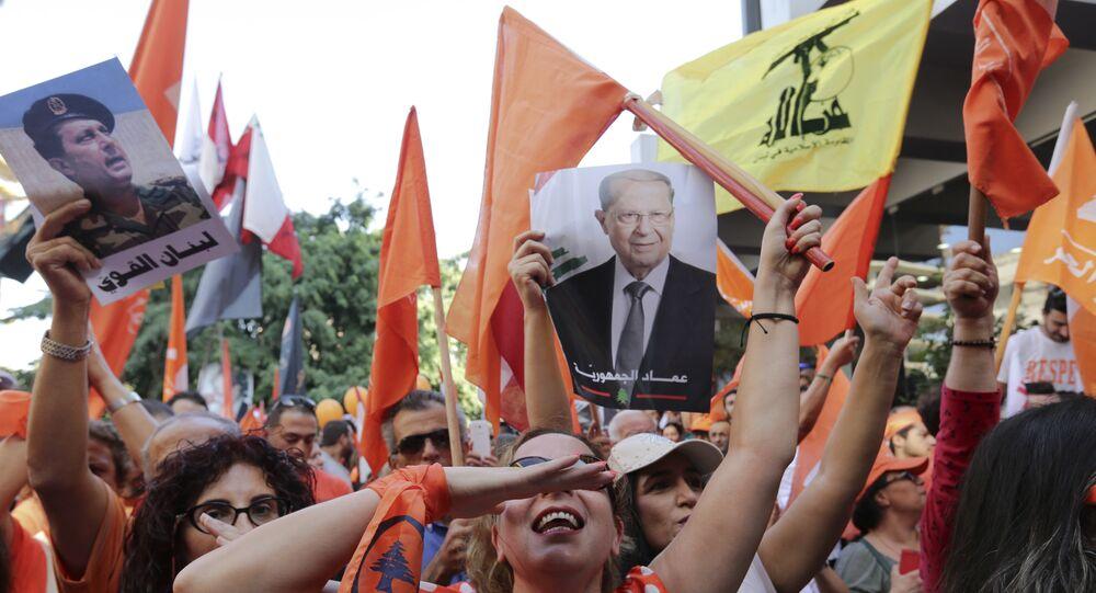 Os partidários do líder cristão Michel Aoun com imagens dele, bandeiras libanesas e bandeiras do Hezbollah comemoram a eleição do novo presidente, em Beirute, Líbano, segunda-feira, 31 de outubro de 2016
