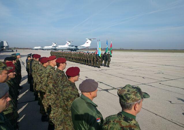 Militares russos e bielorrussos no aeródromo de Batajnica, Sérvia, 2 de novembro de 2016