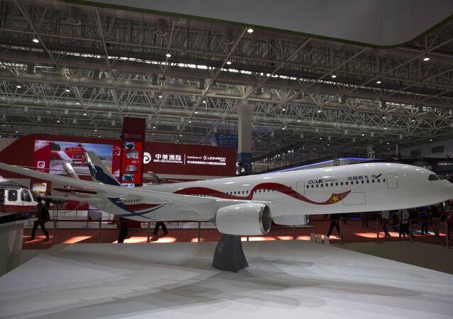 Avião do projeto conjunto russo-chinês na exposição do show aéreo em Zhuhai, China, 3 de novembro de 2016