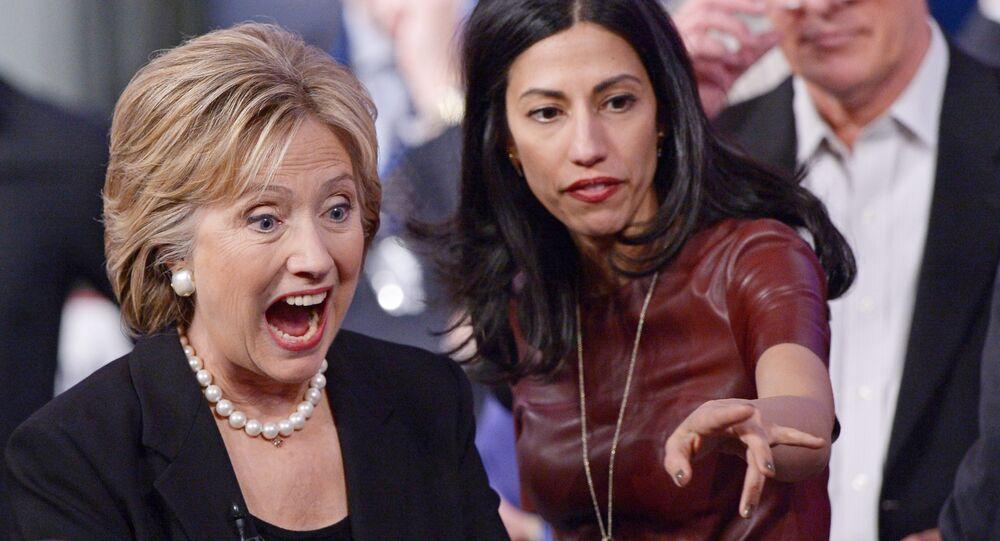 Candidata democrata à presidência norte-americana Hillary Clinton e sua ex-asessora Huma Abedin