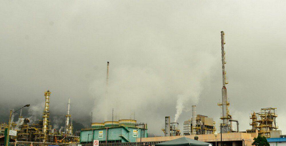 A fumaça saindo de refinaria de Cubatão, no litoral de São Paulo